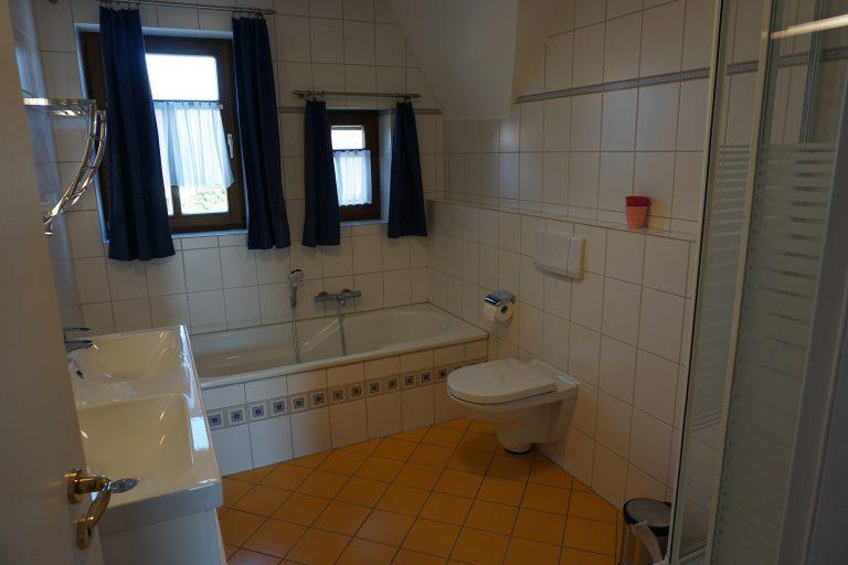 Badezimmer Obergeschoss Bild 1